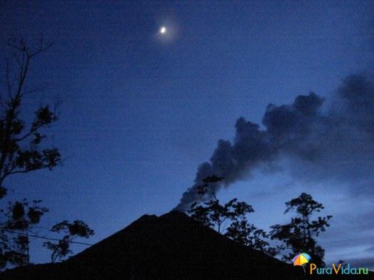 Вулкан Ареналь на заходе солнца